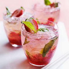 Gloire au mojito, cet illustre cocktail que l'on choisit le plus souvent par… Fruity Alcohol Drinks, Drinks Alcohol Recipes, Alcoholic Drinks, Beverages, Pomegranate Mojito, Raspberry Mojito, Strawberry Cocktails, Summer Cocktails, Strawberry Gin