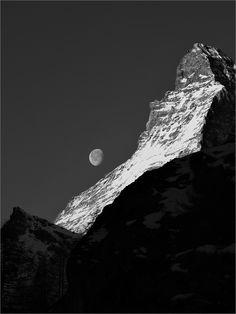 Meine erste Goldmedaille bei einem internationalen Fotowettbewerb ohne eine Aktbild :-). Moon meets Matterhorn II B&W - Matterhorn in the Moringlight