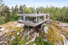 Perched atop a cliff, this spectacular Swedish retreat is up for grabs. Located just about an hour south of Stockholm, the cantilevered house seems to float, offering gorgeous views of the island-dotted ocean stretching out before it. The gravity-def Exterior Tradicional, Cargo Container Homes, Hillside House, House On Stilts, Cliff House, Floating House, Modern House Design, Future House, Modern Architecture