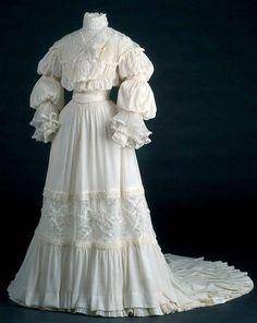 Wedding gown, 1907. Museo del Traje via Isabel Zapardiez.