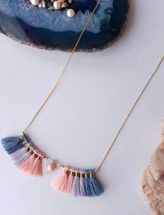 Retrouvez cet article dans ma boutique Etsy https://www.etsy.com/fr/listing/482731150/collier-pompons-collier-perle-collier
