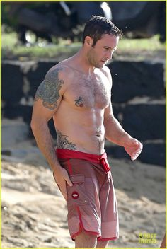 alex oloughlin shirtless beach bonding with maia jones 08 Alex O'Loughlin shows off his sexy shirtless body while enjoying some time on the beach on Sunday (December 15) in Honolulu, Hawaii.    The 39-year-old Aussie…