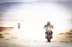 """Bikes in a cloud of sand during the 5th stage/ motos en una nube de arena durante la etapa 5 ☀️#dakar2016"""