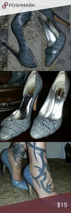 Report Signature Heels Sophisticated azure colored alligator print heel with beauties buckle. Silver starting to wear on insole. Report Signature Shoes Heels
