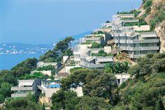 Costa Plana in Cap d'Ail is een tegen een helling gebouwd, gerenoveerd complex aan de Côte d'Azur. Het kiezelstrand bevindt zich op ca. 1 km en is bereikbaar via trappen. Er is een mooi openluchtzwembad met prachtig panoramisch uitzicht en een apart kinderzwembad. Costa Plana ligt op ca. 10 minuten wandelen van het centrum van Cap d'ail. Het is de ideale uitvalsbasis voor uitstappen naar onder andere Monaco (ca. 4 km), het sfeervolle Menton en Nice (ca. 17 km).  Officiële categorie ***