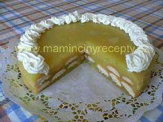 Jablkový pudinkový dort 750 g strouhaných (nebo na kousky nakrájených) jablek (asi 5 velkých), 2 hrnky (po 2,5 dcl) vody, 100 - 150 g cukru(podle kyselosti jablek), 2 vanilkové pudinkové prášky, citrónová šťáva, 1 vanilkový cukr, piškoty, šlehačka