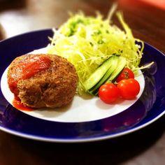 合挽き肉と玉ねぎだけのつなぎなしの硬め、堅焼きハンバーグ。お肉たっぷりなので、かなり食べ応えがあります。