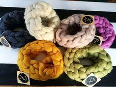 Cuellos tejidos con Lana XXL. Merino Wool Blanket, Wreaths, Crown Cake, Door Wreaths, Deco Mesh Wreaths, Floral Wreath, Garland
