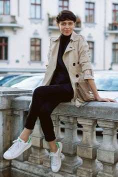 Trench coat and Adidas Stan Smith sneakers Adidas Stan Smith Outfit, Smith Adidas, Outfits Otoño, Winter Outfits, Fashion Outfits, Fashion Weeks, Sneakers Fashion, Style Stan Smith, Black Turtleneck Outfit