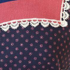 Sehr schönes Trachtenkleid aus blauem Blümchenstoff mit angesetzem Glockenrock, am Ausschnitt eingerahmt mit einer rosa Passe und Spitze. Dazu gehört ein Spenzerjäckchen mit kurzen Ärmeln aus dem...