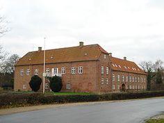 Boller Slot, Jylland - Boller er en gammel sædegård som nævnes 1350, da Otte Limbek skriver sig til Boller. Hovedbygningen er opført i 1550-1588, ombygget i 1759 og er igen ombygget til Rekonvalescenshjem i 1931-1932.