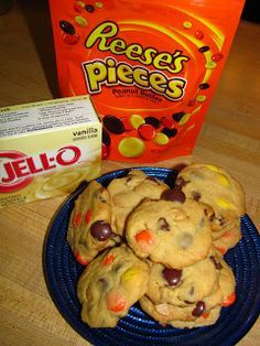 Reese's Peanut Butter Chocolate Pudding Cookies--They have a nice texture and stay perfectly soft. Already love Reece's Pieces in cookies vs M's but these sound super yummy! Yummy Treats, Sweet Treats, Yummy Food, Köstliche Desserts, Dessert Recipes, Chocolate Pudding Cookies, Chocolate Chips, Oreo Pudding, Hallowen Food