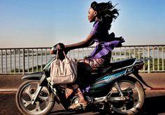 Quando pensamos no continente africano de modo geral, o que nos vem à cabeça, admitamos, é uma coleção de clichês. Mulheres carregando água, crianças esquálidas e famintas, animais selvagens, tribos ancestrais, homens com metralhadoras, violência, misérias absolutas e paisagens naturais deslumbrantes. O próprio fato de pensarmos sobre um continente inteiro de uma mesma forma já ilustra o engano de tal generalização. Pois uma conta no Instagram passou a reunir imagens para tentar desfazer…