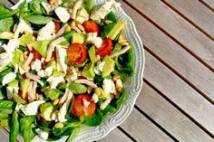 Salades: lekker als lunch of als bijgerecht bij het avondeten. Deze keer een heerlijke salade met veldsla, cherrytomaatjes, kipreepjes en mozzarella. Zelf vonden wij het wel een verrassende combinatie maar erg lekker! Tijd: 10 min. Recept voor 2/3 personen Benodigdheden: 1 zakje veldsla (75 gr) 6-8 cherrytomaatjes 2 eetlepels pijnboompitten 2/3 eetlepels honing-mosterd dressing 100...Lees Meer »