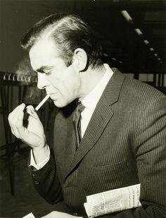 Sean Connery en route vers Dr No - Tirage argentique vintage - Cette photographie est probablement l'un des derniers portraits de l'acteur écossais avant qu'il ne soit vraiment connu grâce à son premier rôle dans la peau de James bond en 1961.