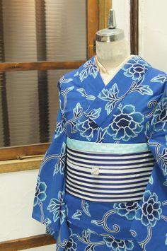 瑠璃色の濃淡美しく染め出された花唐草模様がロマンチックな注染レトロ浴衣です。