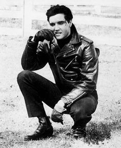 Elvis Presley hanging out at the ranch. You have to LOVE Elvis! Lisa Marie Presley, Priscilla Presley, Elvis Presley Movies, Elvis Presley Photos, Rare Elvis Photos, Rare Photos, Mississippi, Mae West, Rock And Roll