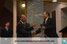 Don Juan Manuel Hernández Acosta (a la derecha), miembro del Patronato de FUNCEPT, hace la entrega del premio a Don Carlos Piñero, Presidente Provincial de Cruz Roja de Tenerife (a la izquierda de la imagen).
