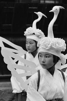 Tsuwano Gion Matsuri Festival of Yasaka Shrine, Shimane-ken - sagi-mai-shinji / heron dance. Shimane, Matsuri Festival, Funky Hats, Bird People, Japanese Festival, Bird Masks, Art Japonais, Kubota, Magnum Photos