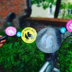 Es darf auch etwas schicker sein... Mach doch einfach mehr aus deinen Stickern und nutze unterschiedliche Formen und Veredelungen für deine Druckprodukte. Wir haben runde Aufkleber in verschiedenen Größen in unserem Online-Shop - z.b. auch veredelt mit UV-Lack.  #pinguindruck #Veredelung #Druckerei #berlinstagram #Sticker #Aufkleber #rundesticker #cmyk #uvlack #Spotlack #buntdurchberlin #Fahrrad #Bike #bikeberlin #onlinedrucken #graphicdesign #printing
