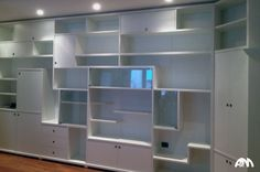 Libreria moderna di colore bianco realizzata su misura dalla nostra falegnameria a Roma per un appartamento al centro di Velletri.