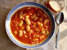 polska fasolka''po bretońsku''... 1 kg fasolki-namoczyć na noc,ugotować z - 2 liście laurowe, 2-3 ziarenka ziela angielskiego- ..na końcu ,dodać resztę składników...tj. 1 kg kiełbasy-w kostkę,przesmażyć 2 cebule-w kostkę,zeszklić, 1-1,5 słoczka koncentratu pomidorowego i trochę do smaku ketchupu papryka ostra pieprz,sól