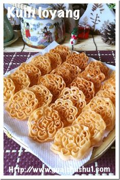 Traditional Flower Moulded Chinese New Year Snack–Honeycomb cookies, Kuih Loyang aka Kuih Ros (蜂巢饼或糖环) newyear'ssnacks Chinese New Year Cookies, Chinese New Year Food, New Years Cookies, Chinese Cookies Recipe, Rose Cookies, Almond Cookies, Dessert Dishes, Dessert Recipes, Delicious Desserts