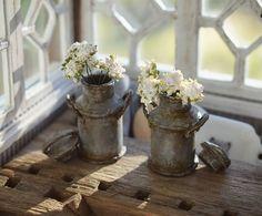 #miniature #handmade #flowers #milkcan #summerdecor #window #dollhouseminiatures #dollhouse #nukkekoti #maitotonkka Vois kuvitella että on kesä.. Nooh viimeyönä oli pakkasta ja mun hienot pelargoniat paleltu. Oon viherpeukalo. My real flowers died last night because its freezing cold.. Now Im imagining summer 😂
