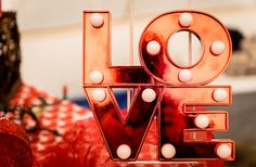 Seeking the perfect Valentine's gift for your girlfriend or wife? We have the ideal suggestions for you. A list of the best gifts for girls who love to travel! Best Valentine Gifts for girls Valentine Picture, Happy Valentines Day Images, Valentines Day Date, Valentine Day Cards, Valentine Day Gifts, Valentine's Day Quotes, Gifts For Girls, Gifts For Him, Lindos Videos