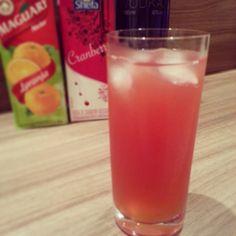THE MADRAS | Uma versão de verão para o clássico Cape Cod. Servir sempre bem gelado. | Ingredientes: Vodka, Suco de Cranberry e Suco de Laranja.