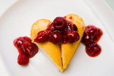 : Simple Heart Cake Dessert - uses Twinkies; could use purchased pound cake Twinkie Desserts, Twinkie Cake, No Cook Desserts, Dessert Recipes, Cheap Clean Eating, Clean Eating Snacks, Heart Cakes, Salty Cake, Valentine's Day