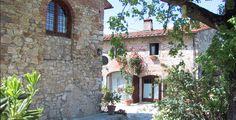 """Countryroom il Moro, www.il-moro.upps.it, Das Landhaus """"il Moro"""" liegt in einem alten Bauernhaus aus dem 17. Jh. und ist umgeben von Weinfeldern und Olivenbäumen. Es besteht aus zwei Komplexen, zum einem die Scheune, die komplett renoviert wurde mit zwei Doppelzimmern und Badezimmer und der Möglichkeit die Küche zu benutzen. Draußen finden Sie zwei Veranden, die von einem großen Blumengarten, Sonnenliegen, Stühlen und Sonnenschirmen, um die wunderschöne Umgebung genießen zu können."""