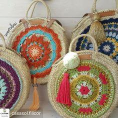 Rachel Hinda's media content and analytics Crochet Cowel, Tunisian Crochet, Knitting Patterns, Crochet Patterns, Crochet Circles, Beaded Bags, Crochet Purses, Clutch, Knitted Bags