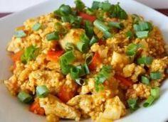 Szybki, smaczny i zdrowy obiad - kurczak z kaszą jaglaną, w towarzystwie warzyw z nutą curry :) Polecam miłośnikom nieskomplikowanych, pysznych obiadów :) Składniki: 1 duża pierś z kurczaka, 1 mała biała cebula, 1 duży pomidor, 1/2 czerwonej papryki, 1 woreczek kaszy jaglanej, zioła prowansalskie, curry, sól, pieprz, 1 łyżka oliwy/oleju, pół pęczka szczypiorku Fried Rice, Fries, Recipies, Curry, Food And Drink, Chinese, Meals, Lunch, Healthy