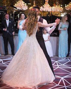 Classico! Maravilhoso!!! #noivinhas #noivas #bride #noivatop #noivinhas #noivasclassicas #noivinhasdeluxo #noivinhas2017 #tocasando #tonoiva #voucasar2017 #wedding #weddingday #weddingtime #weddingdecor #casamentos #casamentoreal #casamentonapraia #casamentosjf http://gelinshop.com/ipost/1519234735786700736/?code=BUVZ_FlAC_A