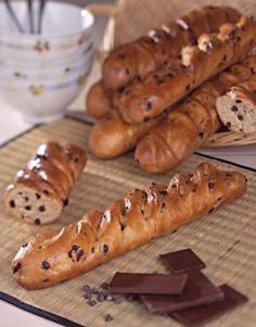 A baguette with chocolate chips to redo at home for a gourmet breakfast. Gourmet Breakfast, Breakfast Tea, Naan, Raclette Vegan, Pizza Dessert, Dog Recipes, Healthy Recipes, Food Porn, Pan Dulce