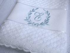Toalha de Rosto com Monograma Bordado  Toalha de algodão com acabamento em bordado inglês. R$ 18,00