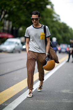 101 Incredible Street Style Snaps Straight From Milan Fashion Week Mens Fashion Summer Outfits, Mens Fashion Blazer, Mens Fashion Week, Men Street Look, Street Style 2016, Milan Men's Fashion Week, Street Fashion, Modern Mens Fashion, Well Dressed Men