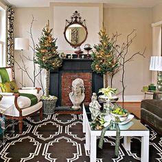 deux sapins de Noël décorés de guirlandes luminauses dans la salle de séjour