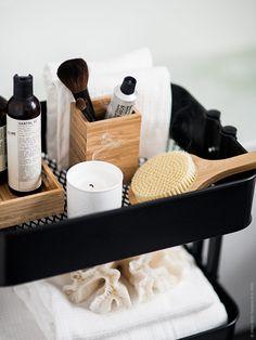 Addera detaljer i bambu för en varm naturlig känsla i badrummet. Till exempel DRAGAN tandborstställ och VINTER 2016 badborste. De vita SALVIKEN handdukarna är tvåsidiga med våfflad vit bomull på ena sidan och frotté på den andra. En kombination som ger dem ett fräscht krispigt intryck samtidigt som de är lyxigt mjuka med bra uppsugningsförmåga.