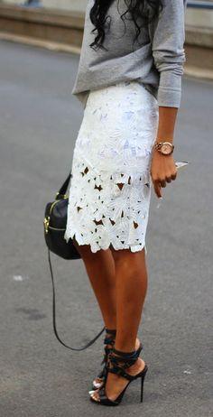 Los finos jerseys siguen siendo un estupendo acompañante en esos días que el fresquito perdura❇❇❇En este look se mezcla con falda blanca en encaje y Complementos en negro que quedan estupendos ❤◽◾◽❤