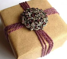 What to do with broken jewelry? 3. Use an old brooch to embellish the wrappings of a special gift