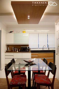 Projeto: arquiteta Taina Tikkanen Fotos: Carol Coelho / Cadeira Petit (Fernando Jaeger)  - #cozinha # sala #mesa #cadeiras #iluminação #marcenaria #armários #jantar  #arquitetura