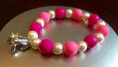 Príncipe Rana con encanto Pulsera perlas rosa por PugsandBracelets