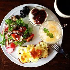 Today's breakfast. Grapefruit soda, Cauliflower, egg and cheese bread. グレープフルーツのソーダ、パンはカリフラワーと卵とチーズ。「この味がいいね」と君が言ったから七月六日はサラダ記念日  俵万智 - @keiyamazaki- #webstagram