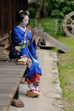 The famous maiko Mikako retouching her makeup! (Source)