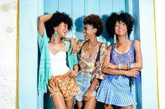 Editorial em Praia do Forte - Bahia para o Caderno Bazar do Correio da Bahia com as Irmãs Massena (Suzanna, Suzanne e Suellen)