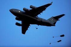 C-17 có giá khoảng 218 tiệu USD (năm 2007) và là loại vận tải cơ được Mỹ xuất khẩu cho rất nhiều nước trên thế giới trong đó bao gồm Anh, Úc, Canada, Qatar, UAE, Ấn Độ,... Nguồn ảnh: Wiki.