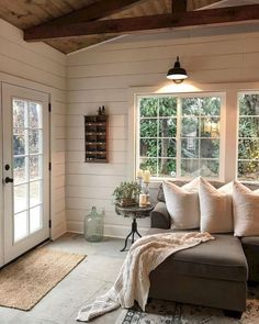 65 Rustic Farmhouse Living Room Design and Decor Ideas. 65 Rustic Farmhouse Living Room Design and Decor Ideas Related Sunroom Decorating, Farmhouse Style Decorating, Sunroom Ideas, Farmhouse Design, Style At Home, Salons Cosy, Cozy Living Rooms, Apartment Living, Home Fashion