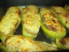Фаршированные кабачки.  Кабачки разрезать вдоль пополам,вынуть ложкой мякоть.Положить на противень. Начинка Мякоть кабачков измельчить ножом, добавить мясной фарш(сырой),жареные морковь(натёртая на мелкой тёрке) и репч.лук,натертую на тёрке картошку(1 шт-сырую),зелень( у меня укроп). Посолить,поперчить. Выложить на кабачки и запечь в духовке при температуре 200 гр до полуготовности. Сверху положить смесь из натёртого на терке сыра со сметаной и чесноком и запечь до готовности. / Любимая Азия